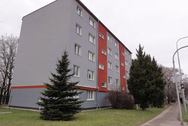 Malá bytovka, ale veľké problémy. Bytové družstvo pod vedením Ladislava Boršča sa neunúva vysvetliť, prečo podpísalo prevzatie prác bez závad.