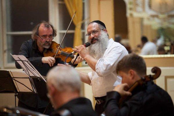 Huslista Miloš Valent a rabín Baruch Myers na koncerte Chasidských piesní.