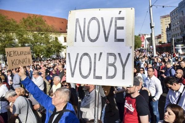 Za predčasné voľby sa v Bratislave protestovalo 27. apríla.
