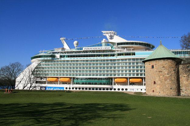 Independence of the Seas kotví pred pevnosťou Akershus v nórskom Oslo.