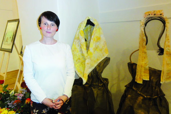 Lujza Lysinová, dcéra známych zvolenských lekárov, na vernisáži svojej autorskej výstavy.