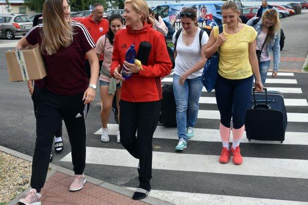 Na snímke hráčky slovenskej ženskej reprezentácie v hádzanej prichádzajú na zraz reprezentácie žien pred vyvrcholením kvalifikácie ME 2018 v Kaluži na Zemplínskej Šírave.