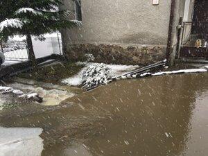 V Handlovej sa vylial jeden potok z koryta.