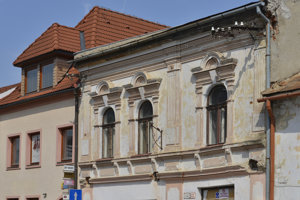 Na snímke vpravo budova, ktorá ešte čaká na rekonštrukciu na Stöcklovej ulici v Bardejove.