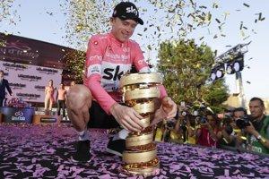 Chris Froome s trofejou pre víťaza pretekov Giro d'Italia.