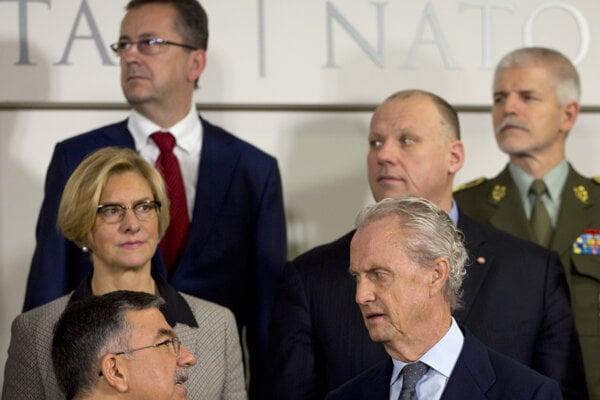 Vzadu vľavo stojí minister Glváč počas skupinovej fotografie v rámci rokovania Severoatlantickej rady ministrov obrany NATO.