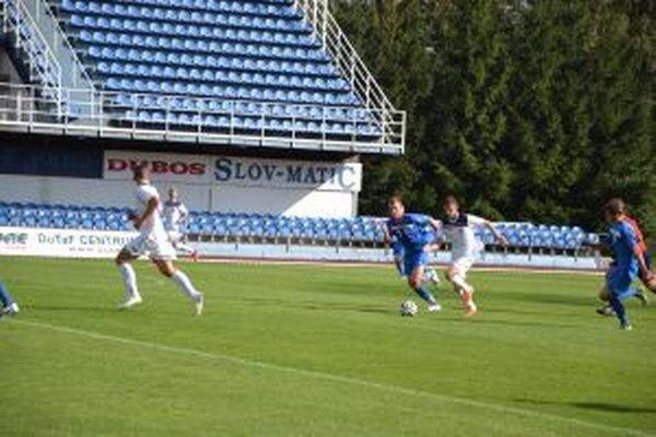 Dubnica (v bielom) bude hrať v Seredi.