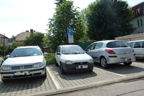 Ak chcú parkovať pod oknami, musia si kúpiť kartu.