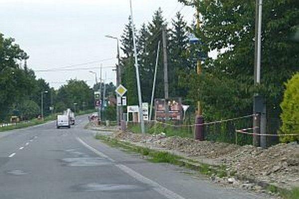 Na hlavnej ceste v smere z Košece do Ilavy pod cintorínom.