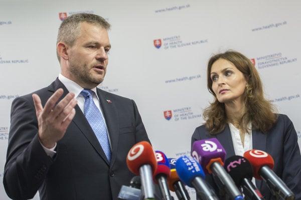Premiér Peter Pellegrini a ministerka zdravotníctva Andrea Kalavská.