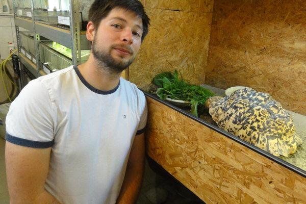 Šéf univerzitného vivária Róbert Kirchner s korytnačkou leopardiou. Tá je zaujímavá tým, že pancier jej rastie do výšky.
