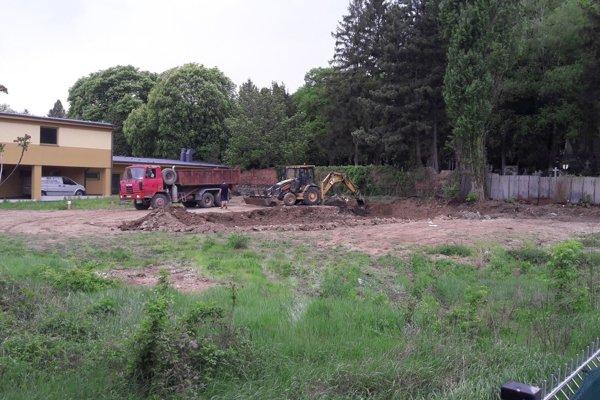 Takto to vyzeralo na pozemku pred mesiacom. Do pôdy sa zahryzol bager a zeminu odvážal nákladiak.