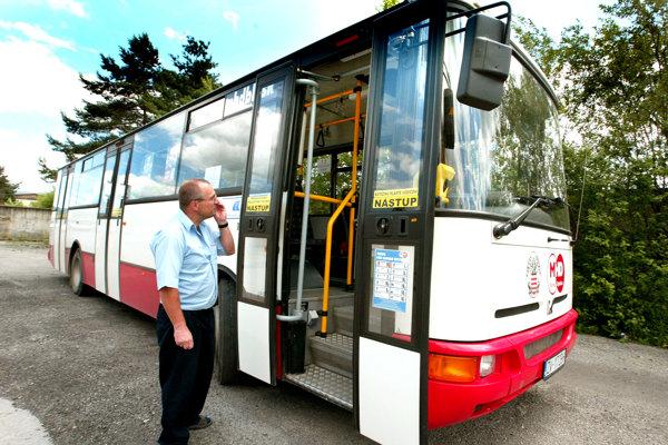 Z vozového parku je starých pätnásť autobusov, teda polovica.