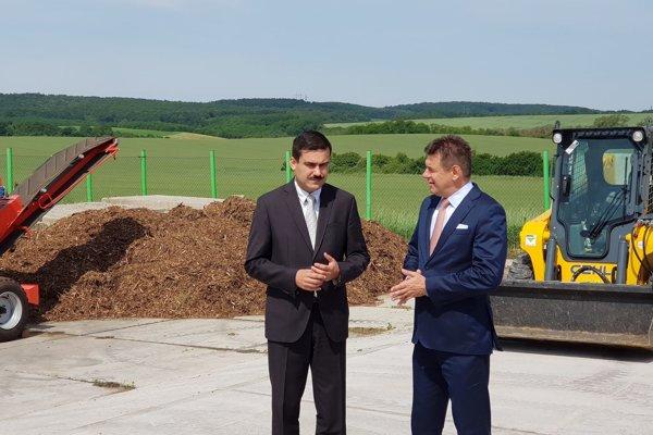 Minister životného prostredia SR László Sólymos (vpravo) a primátor Fiľakova Attila Agócs.