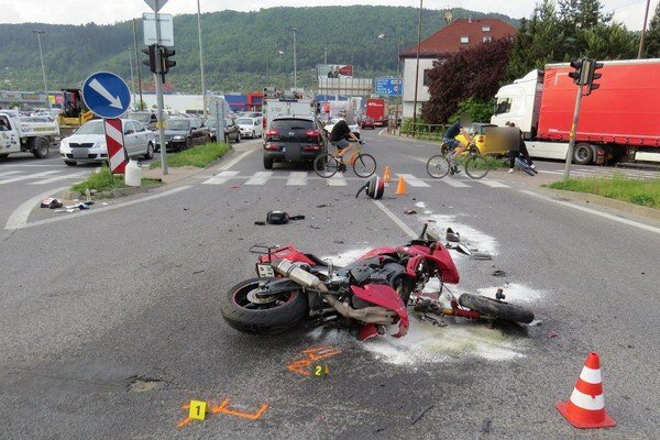 Nehoda motocyklistu si vyžiadala aj zranenie.