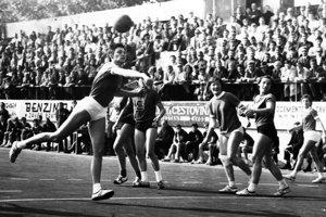 Hrávalo sa pred zaplneným hľadiskom. Nitra - Sparta Praha 19:5, 10. 10. 1971.
