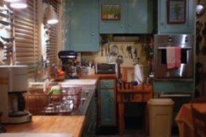 Scéna domácnosti tak, ako by ju videl človek. Podobne ostro vidia svet aj šimpanzy a iné primáty.