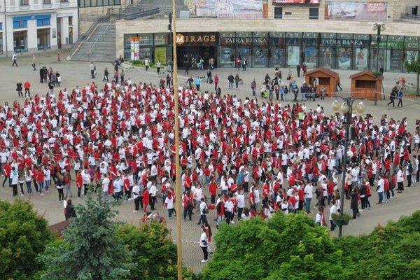 Námestie Andreja Hlinku a stovky ľudí pri tanci.