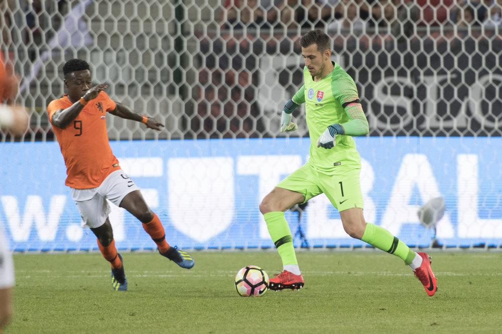 5b083eb4fcfe7 Pozrite si momentky zo zápasu Slovensko - Holandsko. 1/35. Zväčšiť Všetky  fotky. Holanďan Quincy Promes napáda Martina Dúbravku.