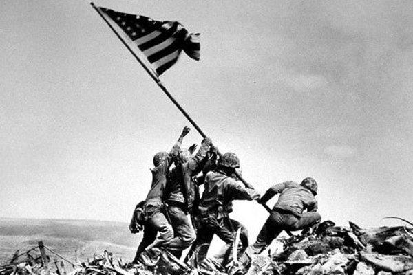 Vďaka expresívnej fotografii Joea Rosenthala sa šestica vojakov dvíhajúca americkú vlajku stala slávnymi uctievanými hrdinami po celej Amerike.