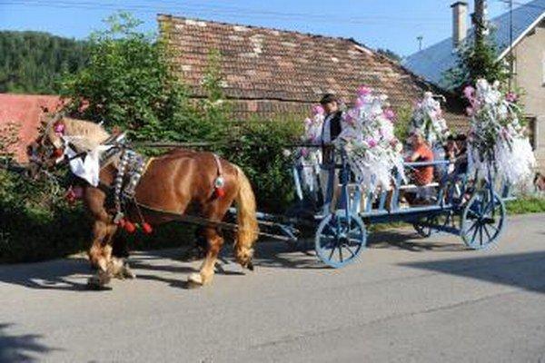 Neodmysliteľnou súčasťou Jánošíkových dní býva od roku 1968 konský vozový sprievod.