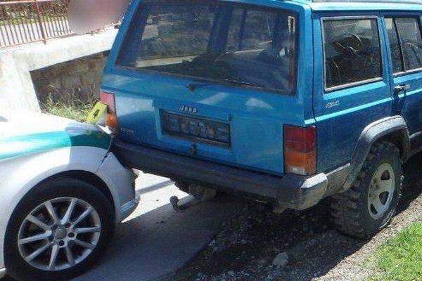 Pri zásahu došlo aj k poškodeniu policajného auta.
