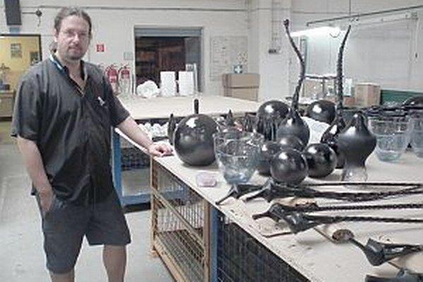Patrik Illo, kurátor výstavy, so svojimi dielami.