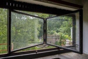 Špecifické okno s harmonikovým otváraním v ubytovni Machnáč.