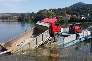 Dostať nákladné auto z vody nebolo vôbec jednoduché.