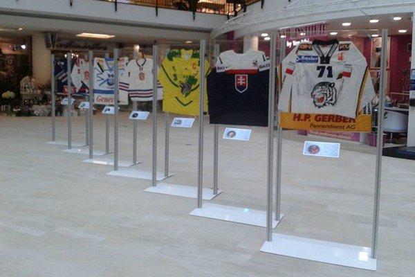 Vystavené dresy od mnohých slávnych hokejistov.
