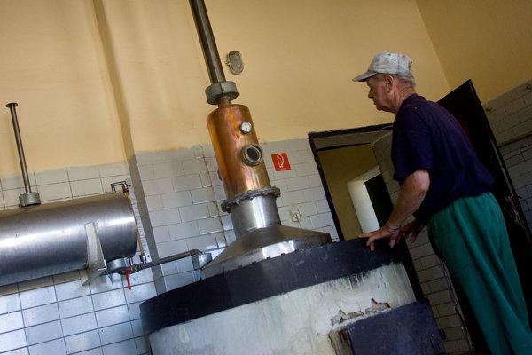 Doma sa nebudú môcť používať veľké destilačné zariadenia, ale len menšie s objemom najviac 100 litrov. (ilustračné foto)