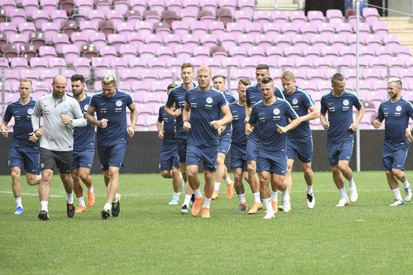 Na snímke slovenskí futbalisti počas tréningu pred pondelkovým priateľským zápasom.