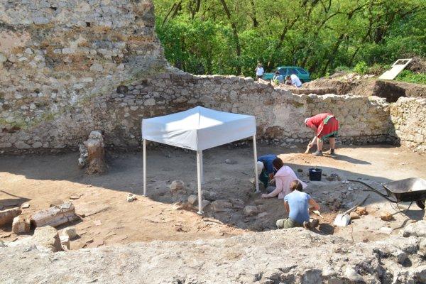 Areál pavlínskeho kláštora počas výskumu.