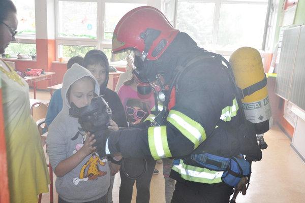 Niektorí žiaci museli pri úteku používať dýchacie prístroje.