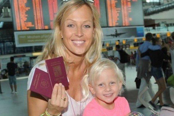 Zuzana na letisku s trojročnou dcérkou Salmou.