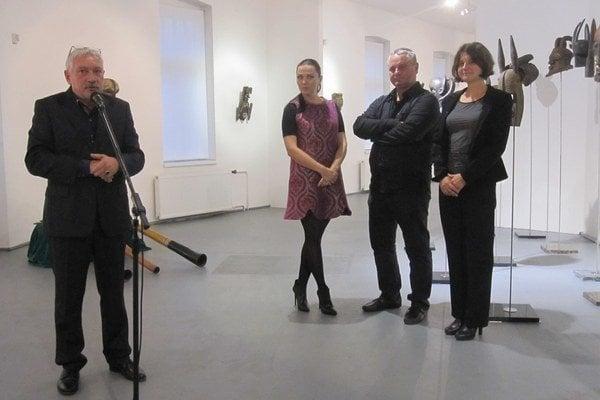 Vernisáž výstavy. Zľava Milan Mazúr - riaditeľ galérie, Iveta Ledecká - kurátorka výstavy, Miloš Karásek - autor výstavy a Beáta Kršková - zberateľka.