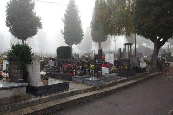 Nedeľné ráno zahalilo cintorín typickou jesennou hmlou. Pozostalí sa však k svojim blízkym už vybrali.