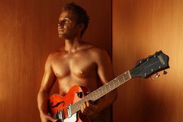 """Spevák Tomáš Bezdeda. K albumu sa nechal aj celý v """"bronze"""" nafotiť."""