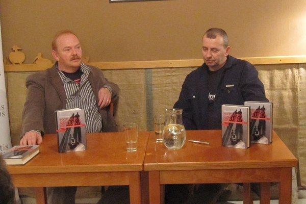 Autor knihy Piešťanská spojka Peter Adamecký (vpravo) na besede.