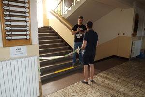 Na poschodie sa ľudia nedostali, pred schodmi bola policajná páska.