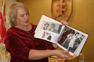 H. Morris ukazuje fotografie Laleho a jeho rodiny