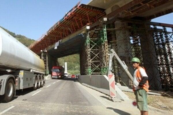Stavba diaľnice postupuje pomaly