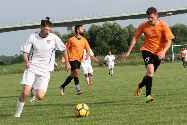 Playmaker Hosťovej Patrik Mikle je na siedmu ligu výnimočný futbalista, proti Nitrianskym Hrnčiarovciam to však bolo na úspech málo (2:5).
