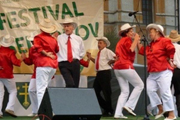 Country skupina tancuje naplno.