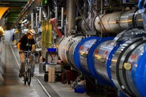 Tunel s veľkým hadrónovým urýchľovačom je sto metrov pod zemou a keďže má tridsať kilometrov, inžinieri v ňom chodia na bicykli.