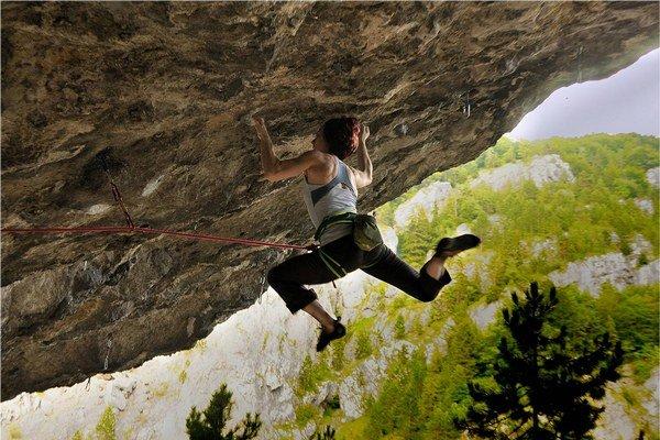 Lenka Mičicová počas náročného lezenia.
