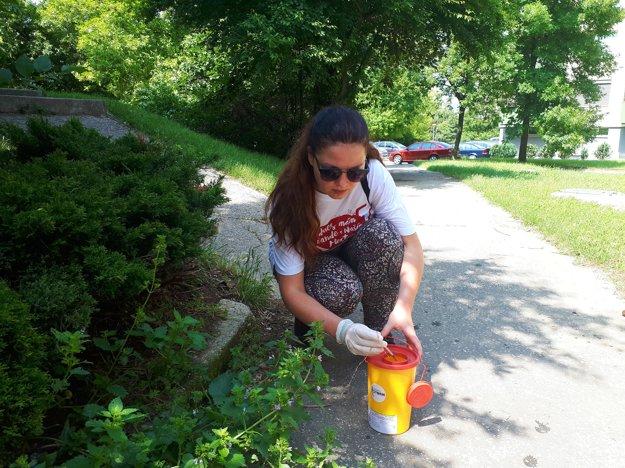 Pätica dobrovoľníkov v Nitre z ulíc odstraňovala voľne pohodené injekčné striekačky. Celkovo našli dvadsať ihiel.