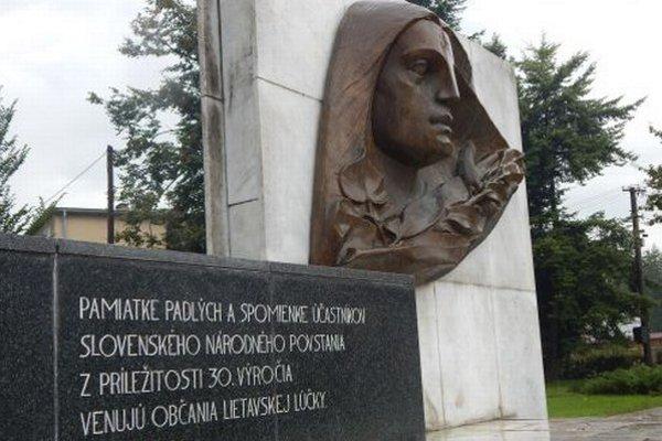 Pamätník SNP v Lietavskej Lúčke. Reliéf - hlava, oslavuje víťazstvo.