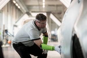 Súčasťou tréningovej akadémie je aj kontrola laku nového Land Rover Discovery.