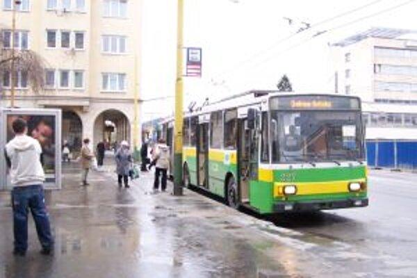 Mesto motivuje cestujúcich, aby viac využívali dlhodobé predplatené lístky na neobmedzený počet jázd.